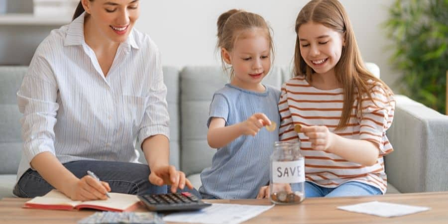 parent teaching kid budgeting